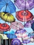 Regenschirme im Himmel lizenzfreie stockbilder