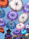 Regenschirme im Himmel stockbilder