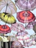 Regenschirme im Himmel stockfotografie