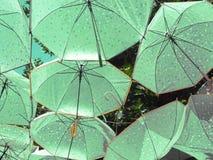 Regenschirme im Himmel stockfoto