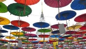 Regenschirme Lanna-Festival am Tempel in Sankampang, Chiangmai Thailand stockfotografie