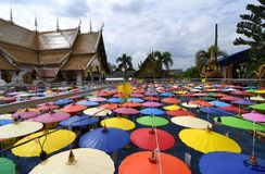 Regenschirme Lanna-Festival am Tempel in Sankampang, Chiangmai Thailand lizenzfreie stockfotos
