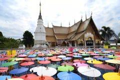 Regenschirme Lanna-Festival am Tempel in Sankampang, Chiangmai Thailand stockfoto
