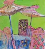 Regenschirme, Stühle und Tabellen in einer Kaffeestube auf einem grünen Himmelhintergrund in einem Garten Stockfotografie
