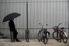 Regenschirme und Fahrräder Stockfotografie