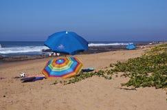 Regenschirme und Freizeit-Ausrüstung auf Sheffield Beach Lizenzfreies Stockfoto