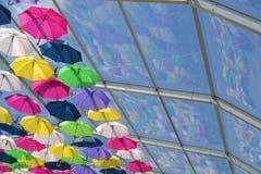 Regenschirme und Reflexion Stockfotos