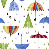 Regenschirme und Regentropfen auf weißem Hintergrund Lizenzfreies Stockbild