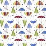 Regenschirme und Regentropfen auf weißem Hintergrund Stockfotos