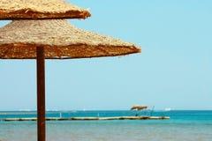 Regenschirme und Rotes Meer Stockfotografie