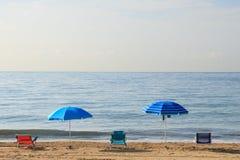 Regenschirme und Stühle auf dem Strand lizenzfreies stockbild