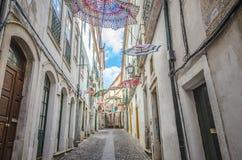 Regenschirme, welche die Straßen von Coimbra verzieren Stockfotografie