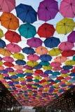 Regenschirmfarbe und -markt Stockfotografie