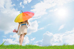 Regenschirmfrauenwartezeit für jemand und Wolkenhimmel Stockfotografie