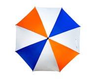 Regenschirmgebrauch mit Gartenmöbeln oder -golf Stockfotos