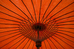 Regenschirmhintergrund des orange Rotes stockfotos