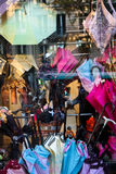Regenschirmshopfenster stockfotografie