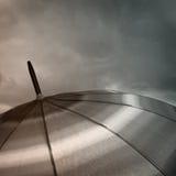 Regenschirmspitze mit Regentropfen Stockbild