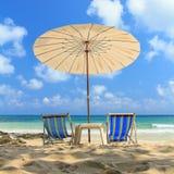 Regenschirmstrand mit zwei Stühlen Lizenzfreie Stockbilder