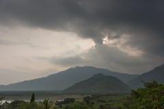 Regensturm bewölkt sich über Dschungelspitzenhügeln im Tamil Nadu Lizenzfreies Stockbild