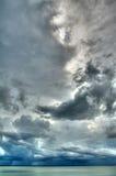 Regensturmwolke über dem See (HDR) Stockfotos
