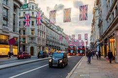 Regent Street à Londres, R-U, au crépuscule Image libre de droits