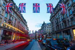 Regent Street en Londres, Reino Unido, en la noche Fotos de archivo libres de regalías