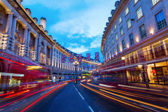 Regent Street en Londres, Reino Unido, en la noche Imagen de archivo libre de regalías