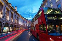 Regent Street en Londres, Reino Unido, en la noche Fotografía de archivo libre de regalías