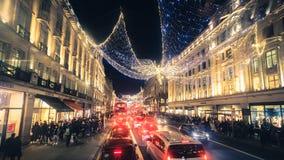 Regent Street Holiday Lights med shoppare i London, UK arkivfoto
