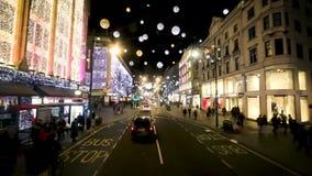 Regent Street Holiday Lights mit Käufern in London, Großbritannien stock footage