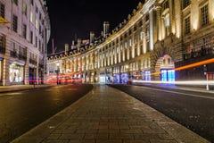Regent Street i London på natten Arkivfoto