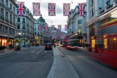 Regent Street i London, UK, på skymning Royaltyfri Bild