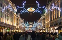 Regent Street London erhält Weihnachtsdekoration Straßen leuchteten schön mit Lichtern, London Lizenzfreie Stockfotografie