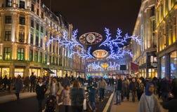 Regent Street London erhält Weihnachtsdekoration Straßen leuchteten schön mit Lichtern, London Stockfotografie