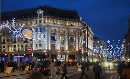 Regent Street Londres consigue la decoración de la Navidad Las calles se encendieron maravillosamente para arriba con las luces,  Fotografía de archivo
