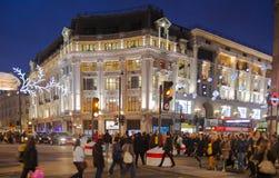 Regent Street Londres consigue la decoración de la Navidad Las calles se encendieron maravillosamente para arriba con las luces,  Imágenes de archivo libres de regalías