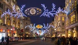Regent Street Londres consigue la decoración de la Navidad Las calles se encendieron maravillosamente para arriba con las luces,  Imagen de archivo