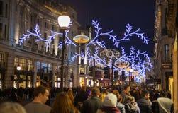 Regent Street Londres consigue la decoración de la Navidad Las calles se encendieron maravillosamente para arriba con las luces,  Fotos de archivo libres de regalías