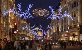 Regent Street Londres consigue la decoración de la Navidad Las calles se encendieron maravillosamente para arriba con las luces,  Imagen de archivo libre de regalías