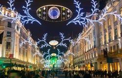 Regent Street Londres consigue la decoración de la Navidad Las calles se encendieron maravillosamente para arriba con las luces,  Foto de archivo
