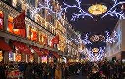 Regent Street Londres consigue la decoración de la Navidad Las calles se encendieron maravillosamente para arriba con las luces,  Fotografía de archivo libre de regalías