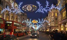 Regent Street Londres obtém a decoração do Natal As ruas iluminaram-se belamente acima com luzes, Londres Fotografia de Stock