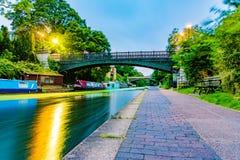 Regenter parkerar kanalen arkivfoto