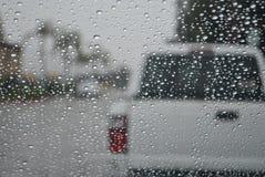 Regentröpfchen auf Autowindschutzscheibe Stockfotos