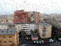 Regentropfen über den farbigen Gebäuden, die unten schauen stockbild