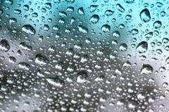Regentropfen auf abgetöntem Glas. Stockfotos