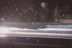 Regentropfen auf Auto lizenzfreie stockfotografie