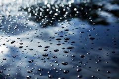Regentropfen auf dem Auto Stockfoto