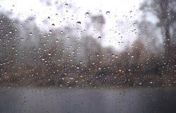 Regentropfen auf dem Autoseitenspiegel Lizenzfreies Stockfoto